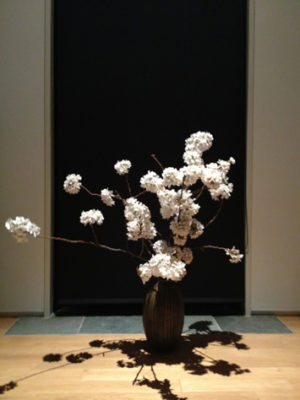 満開の桜を花器に。