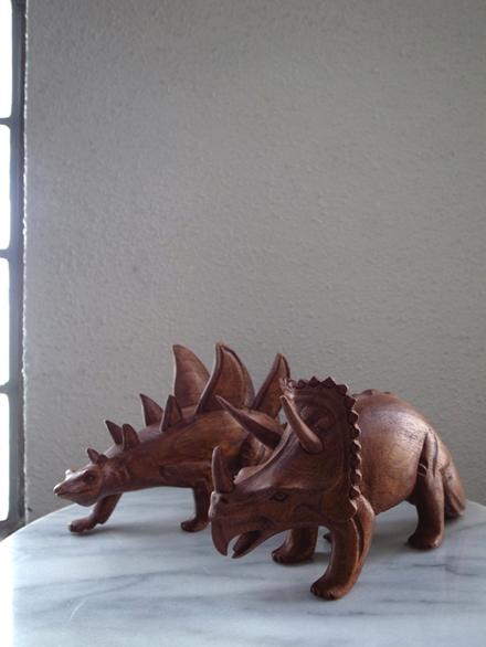 木製の恐竜オブジェ