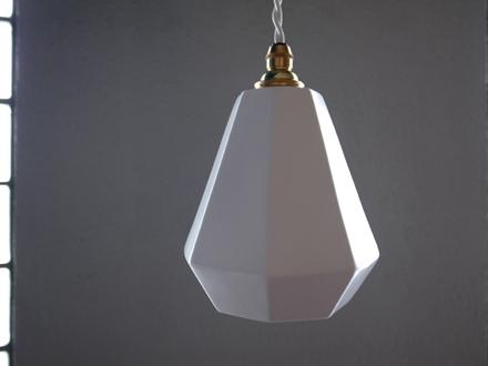 小振りな磁器製シェードのペンダントライト照明 Modern