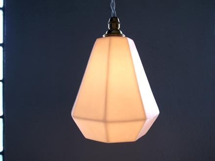 小振りな磁器製シェードのペンダントライト照明